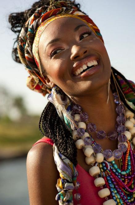 Afrikanische Frau mit buntem Schmuck