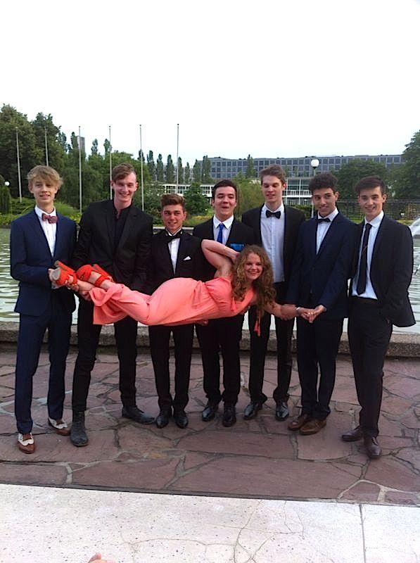 Gruppe Abiturienten auf dem Abi-Ball
