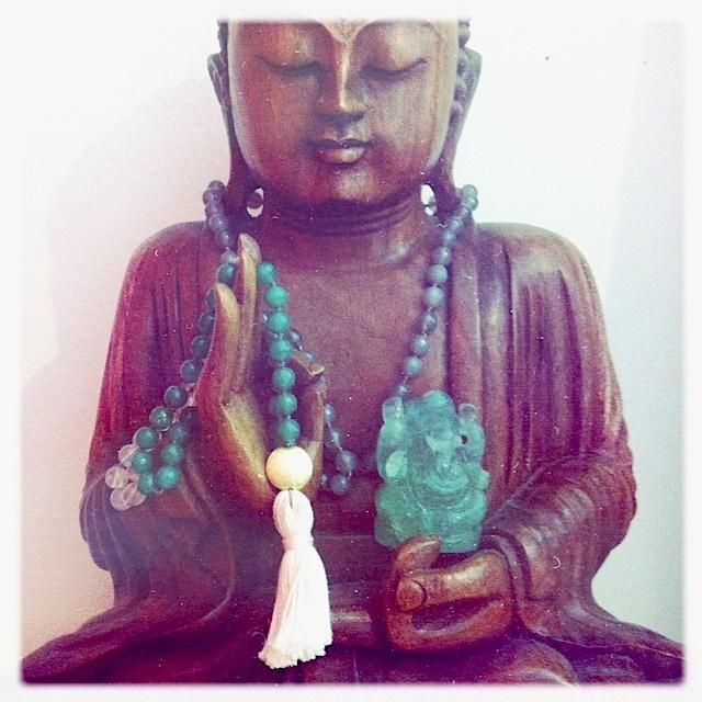 Buddhastatue mit Mala und Ganesha