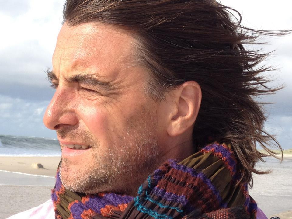 Portrait Alexander von Schlieffen mit buntem Schal am Strand