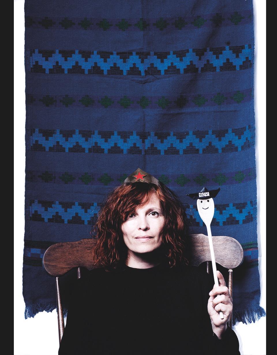 Stephanie Bother vor blauem Wandteppich mit Krone und Szepter